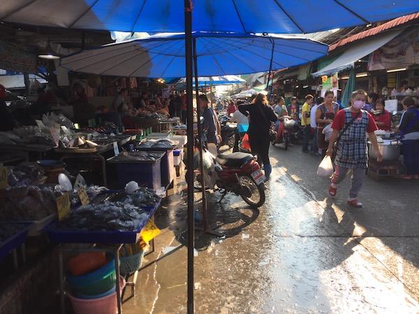 チェンマイのローカル市場(ムアンマイ市場)で生きたカニを買う