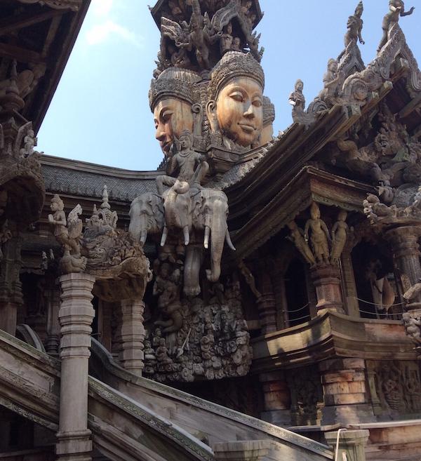 サンクチュアリ オブ トゥルース(真実の聖域)の行き方と建物の写真