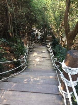 真実の聖域-サンクチュアリオブトゥルース建物までの階段