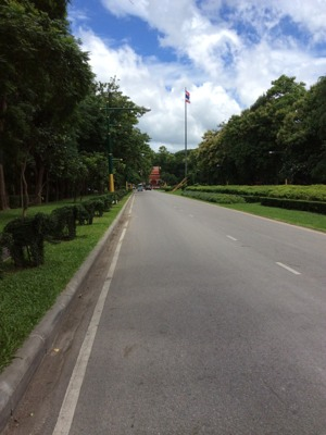 チャンマイ大学正面入り口から直進した風景