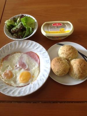 タイで自炊朝食のパン-1
