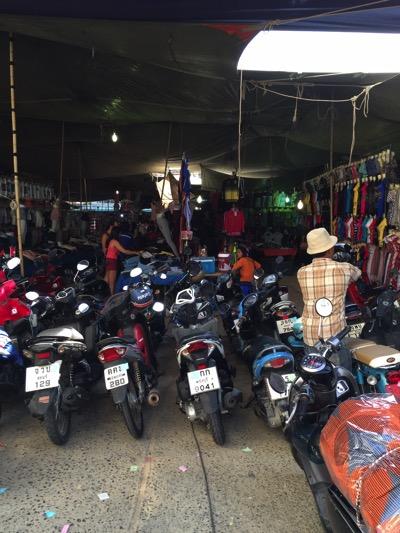 パタヤのローカル市場のバイク駐車場−1