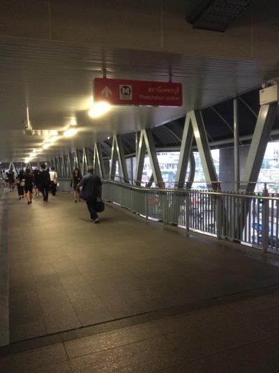 マッカサン駅とペッチャブリの歩道橋.