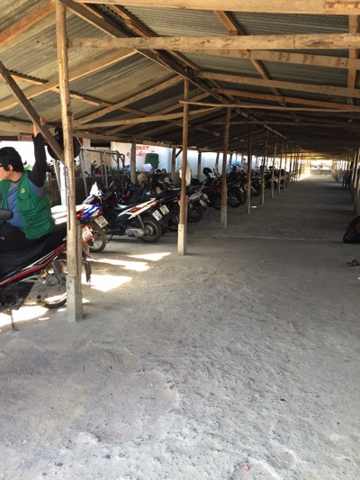 パタヤのローカル市場のバイク駐車場−3