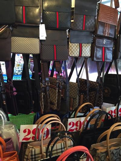 パタヤ市場の風景|カバン売り場