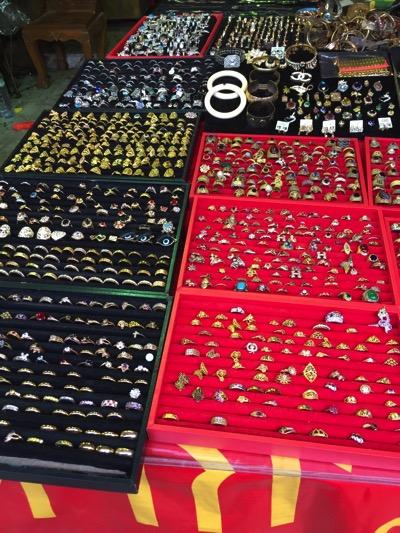 パタヤ市場の風景|指輪売り場.jpg