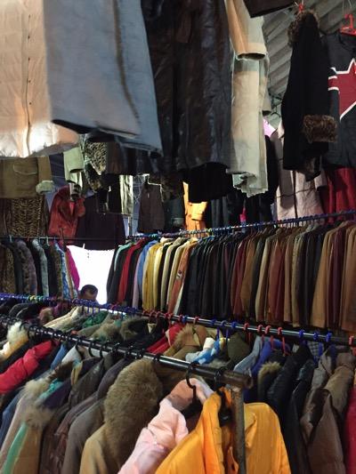 パタヤ市場の風景|冬物衣服売り場.jpg