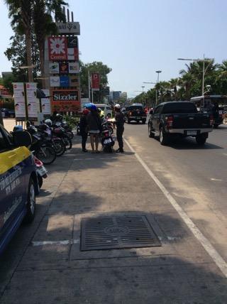 パタヤ警察署前でパタヤ警察がバイクの取り締まり