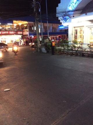 ウォーキングストリート入り口でパタヤ警察がバイクの取り締まり