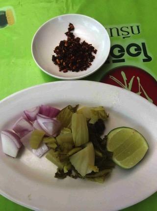 カオソーイの薬味(高菜の酢漬け、ライム、小玉ねぎ)
