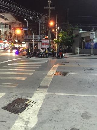 南パタヤ通りとセカンドロードの交差点でパタヤ警察がバイクの取り締まり