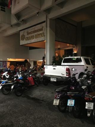 ホテル前のバイク駐車場