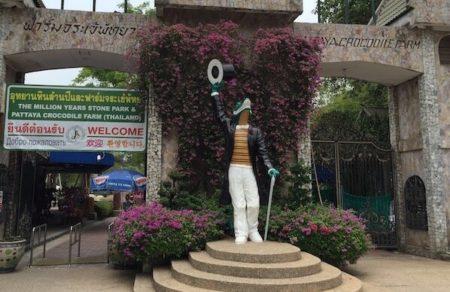 パタヤ・クロコダイルファームの入り口のワニ像