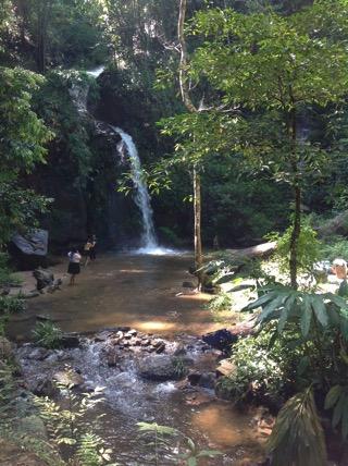 ドイステープ寺院に登る途中にある滝