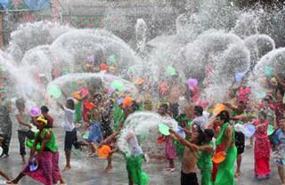 ミャンマーの水かけ祭り