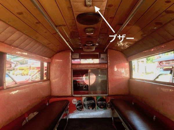 5人掛けベンチシートが向かい合わせに2列配置された車内