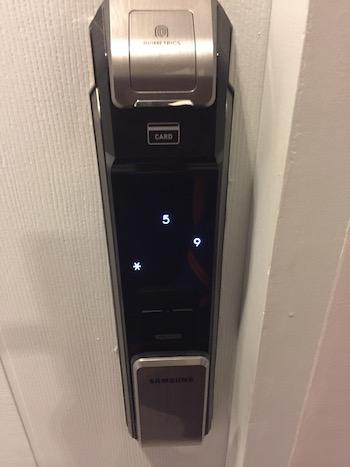チェンマイコンドミニアム指紋認証のドア