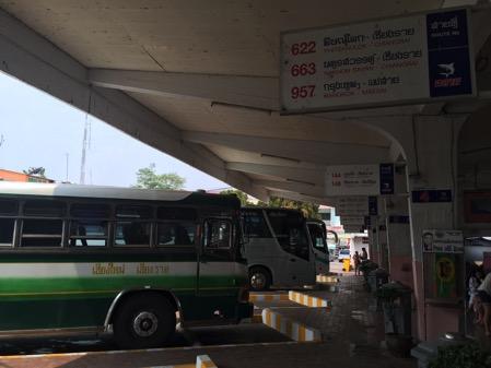 パヤオのバス停に停車している地方行きのバス