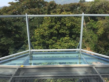チェンマイにあるタイ最長スカイウォークCanopy Walkwayの強化ガラスで出来ているビューポントー1