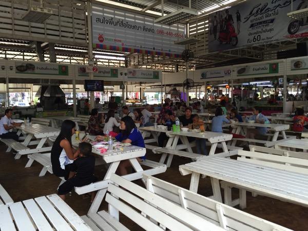タイ国鉄ウドンタニ駅前のフードコート 1