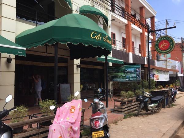 ビエチャンのタイ領事館の隣のカフェ