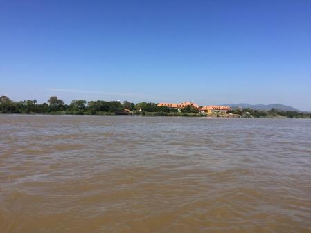 メコン川から見たミャンマーのカジノ