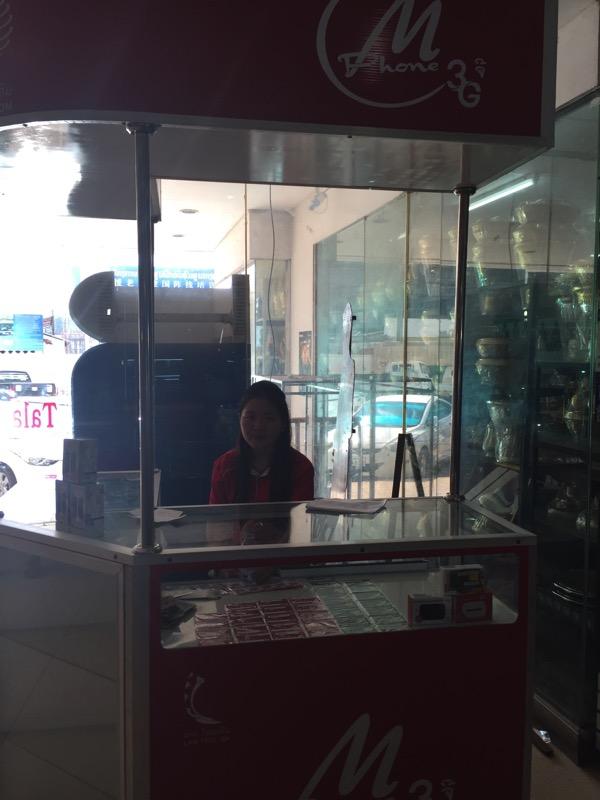 タラートサオショピングセンターの1階のSIM売り場の店員さん