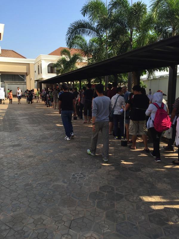 ビエチャンのビザ申請でタイ領事館の外にまでできている列 1