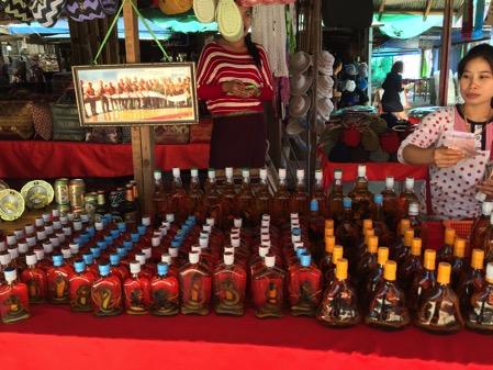 ラオスのドーンサオ市場で売っていたコブラ酒
