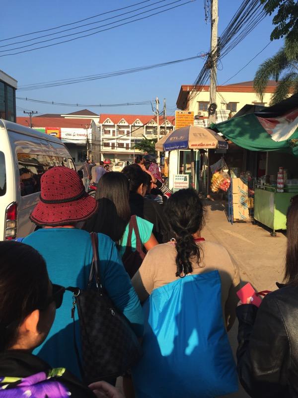 ビエチャンタイ領事館の前に雑に並ぶフィリピン人の団体