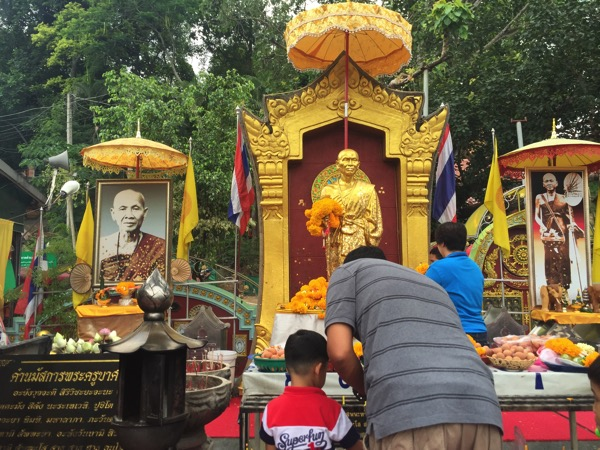 ドイステープ寺院の道路建設の功績を称えたれまつられているシーウィチャイ高僧黄金の像 1