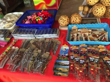 ラオスのドーンサオ市場で売ってい工芸品-1