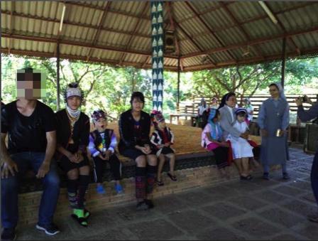 タチレクの首長族の村の子供達と記念写真