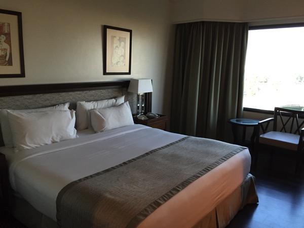 ピサヌロークグランドリバーサイドホテルの部屋のベット