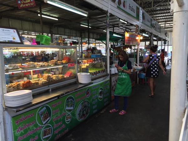 タイ国鉄ウドンタニ駅前のフードコート 2