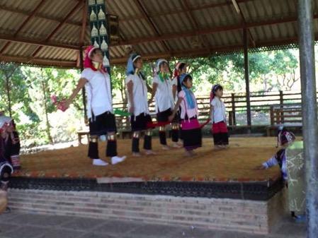 タチレクの首長族の村の子供達の踊り 1