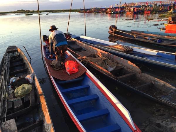 ウドンタニのタレーブアデーン−の1人乗りボート
