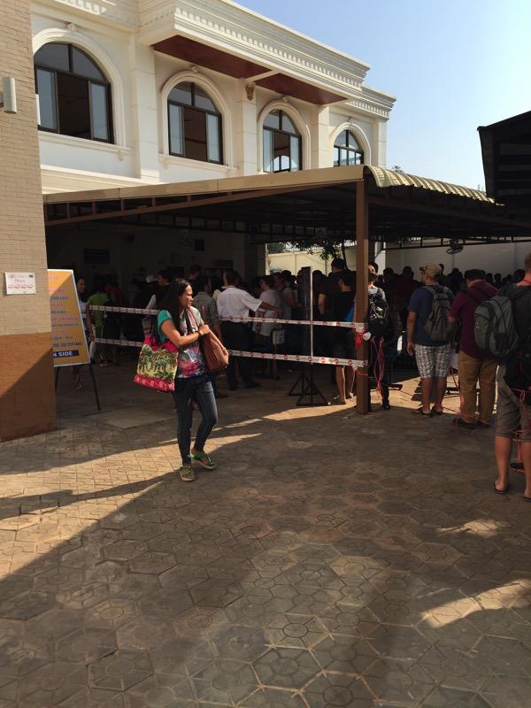 ビエチャンのビザ申請でタイ領事館の外にまでできている列 2