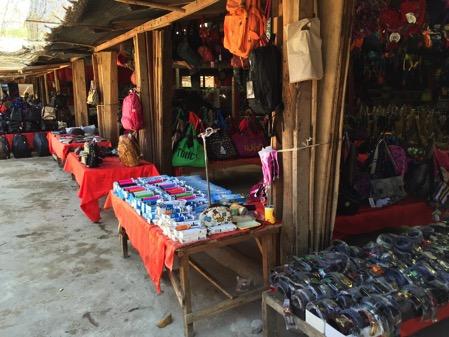 ラオスのドーンサオ市場で売ってい工芸品-2