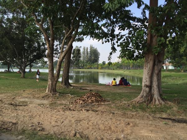 ウドンタニノーンプラジャック公園でのんびりするタイ人