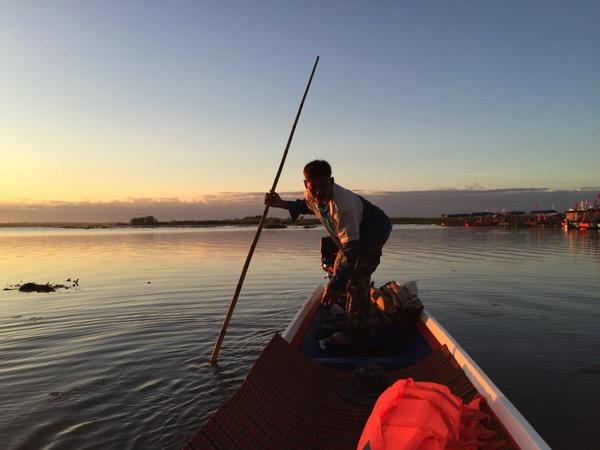 ウドンタニのタレーブアデーン−の1人乗りボートの船頭