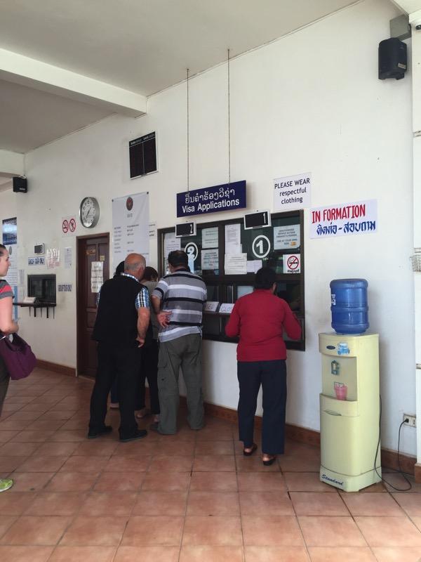 ビエチャンのタイ領事館で観光ビザを受け取る外国人