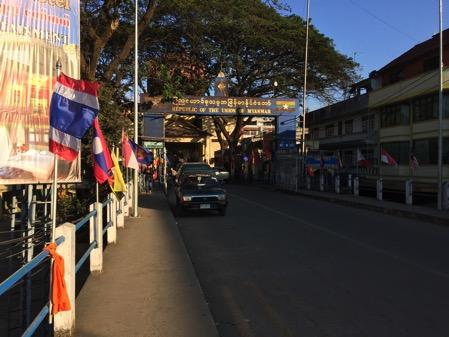 ミャンマー側の国境タチレクの入り口の看板-1