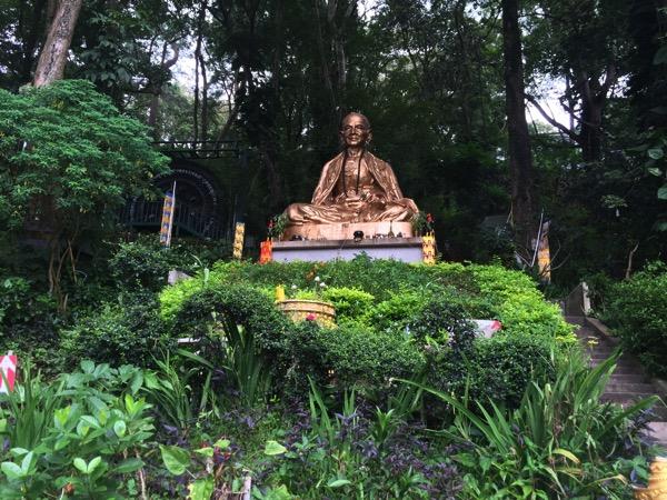 ステープ山のふもとからドイステープ寺院まで11 53キロメートルの道路を造ったシーウィチャイ高層の像