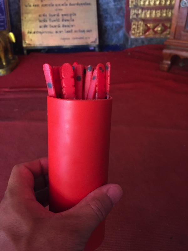 ドイステープ寺院のおみくじの筒の容器