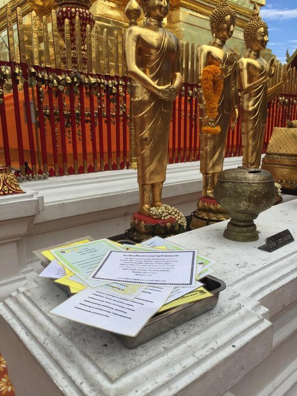 ドイステープ寺院黄金の仏塔の周りを3周するときに唱える礼拝の言葉