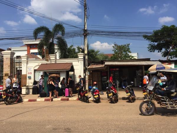 ビエチャンのビザ受け取り1時間前にタイ領事館の外で待っている数人の外国人jpg