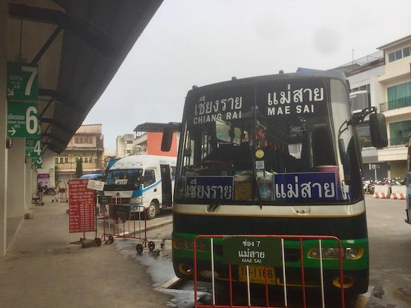 チェンライ第1バスターミナル7番乗り場から出発するメーサイ行き路線バス