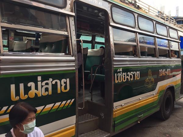チェンラーイからメーサイ行きのバスのサイド