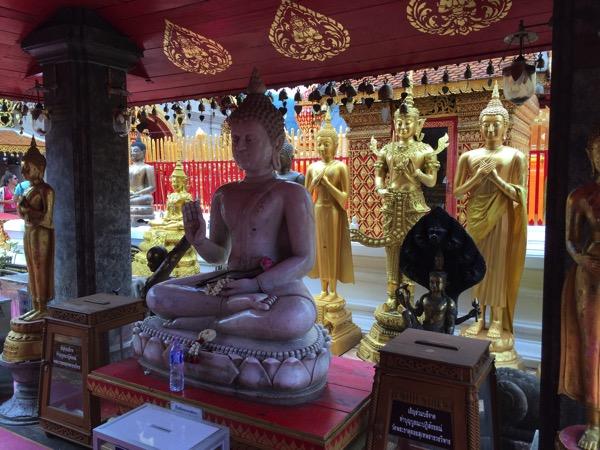 ドイステープ寺院にある大理石の仏像